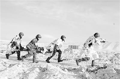新疆军区某部战场救护训练身披镂空伪装(图)