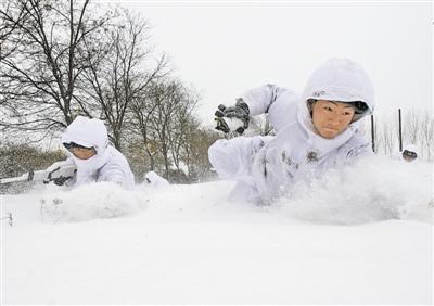 雪中冲锋!沈阳军区机步团官兵持枪卧雪训练(图)
