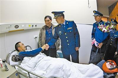 村民28年前救空军跳伞飞行员患癌症部队援手(图)