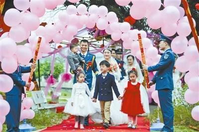 抱着儿子来结婚!军人婚礼一推再推近3年(图)