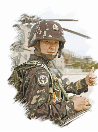 """特战女兵""""信任射击"""":双手拿气球请30米外战友打"""