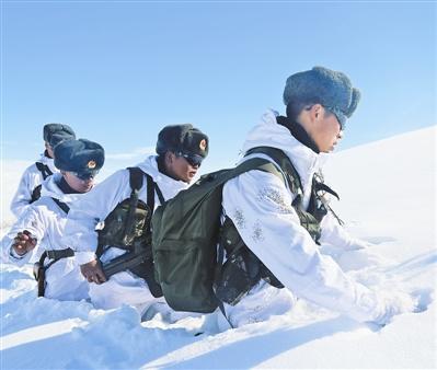 积雪超1米!新疆边防官兵巡逻雪埋到腰(图)