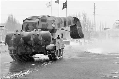 """中国""""坦克扫雪车""""够拉风配备飞机发动机(图)"""