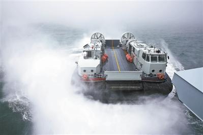 南海舰队新型气垫艇雾海中与井冈山舰训练(图)