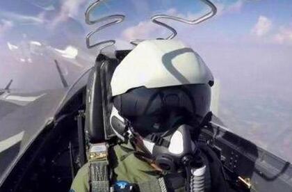 歼20飞行员头盔亮相阅兵:外形科幻、内涵多(图)