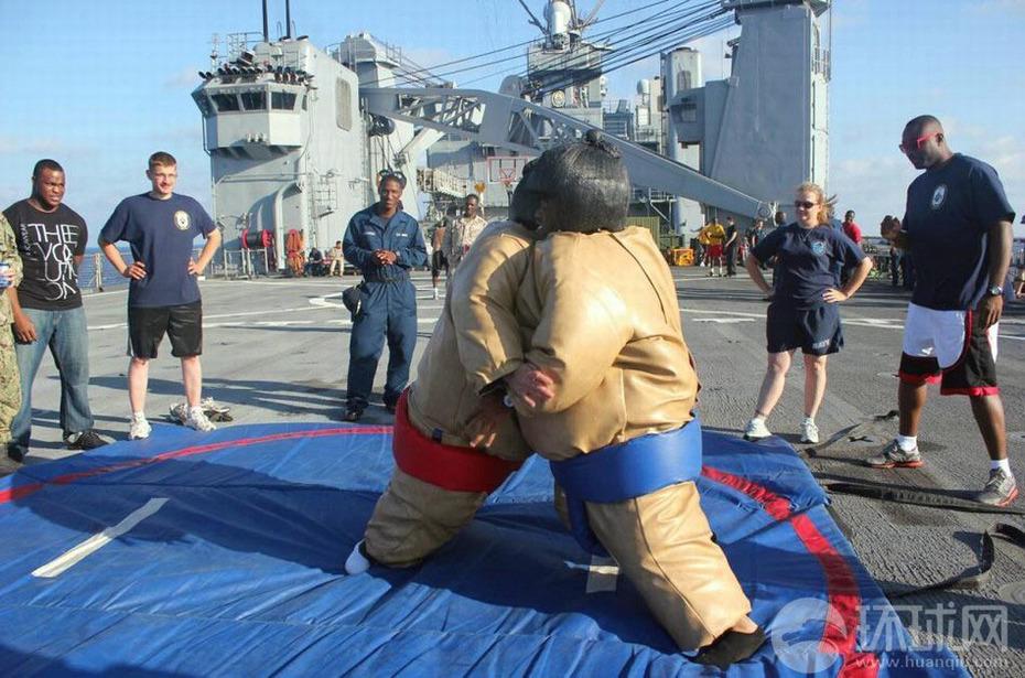 美国海军舰艇海面休整 男女水兵钓鱼游泳跳舞