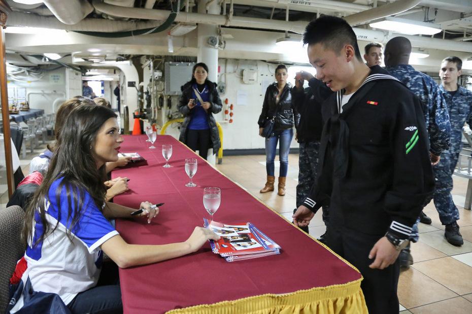 美国性感美女啦啦队赴日本劳军 中新网