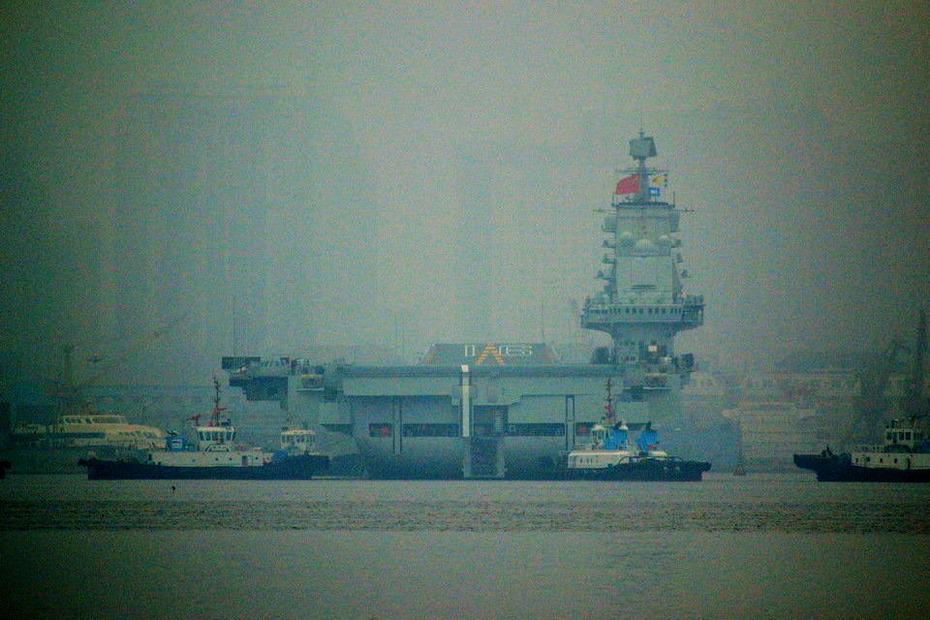 中國首艘航母遼寧艦首次靠泊青島軍港