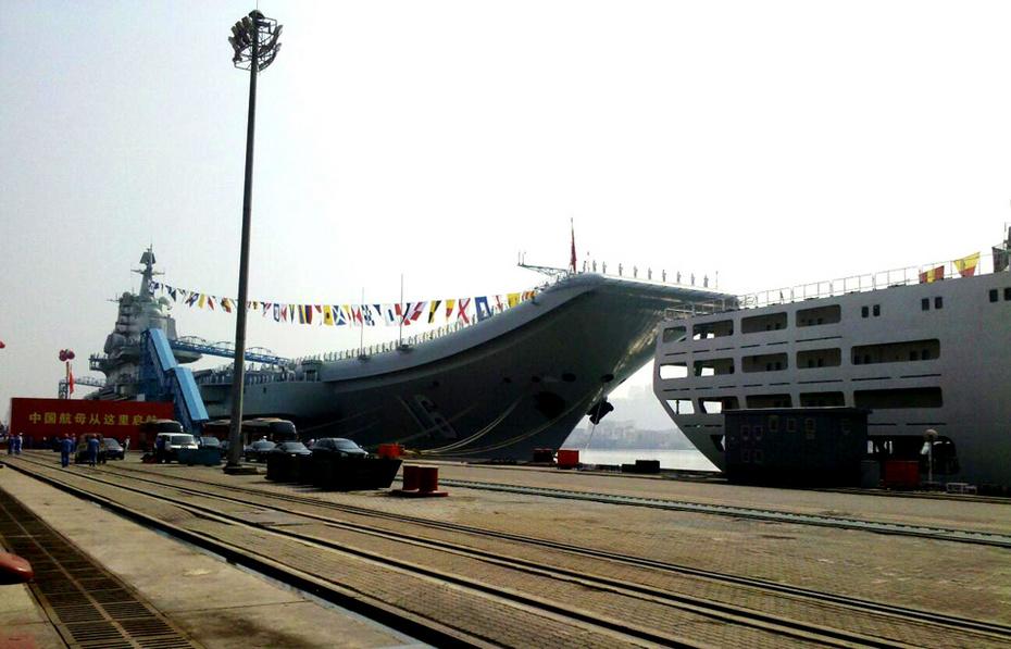 辽宁舰进驻青岛 外媒称其坐镇东海震慑日韩