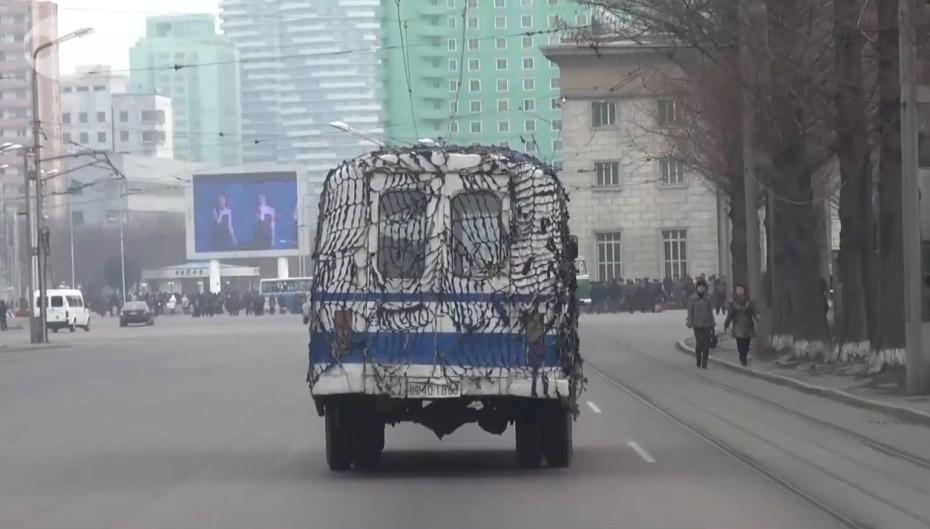 朝鲜公交车披伪装网备战 街头播美女表演视频