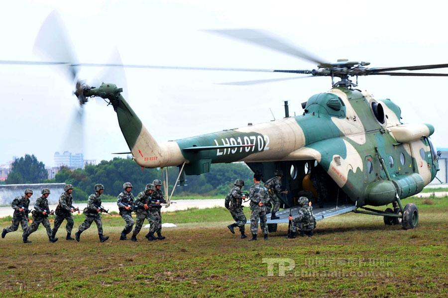解放军模拟机降训练:直升机模型很像样! (3/5)