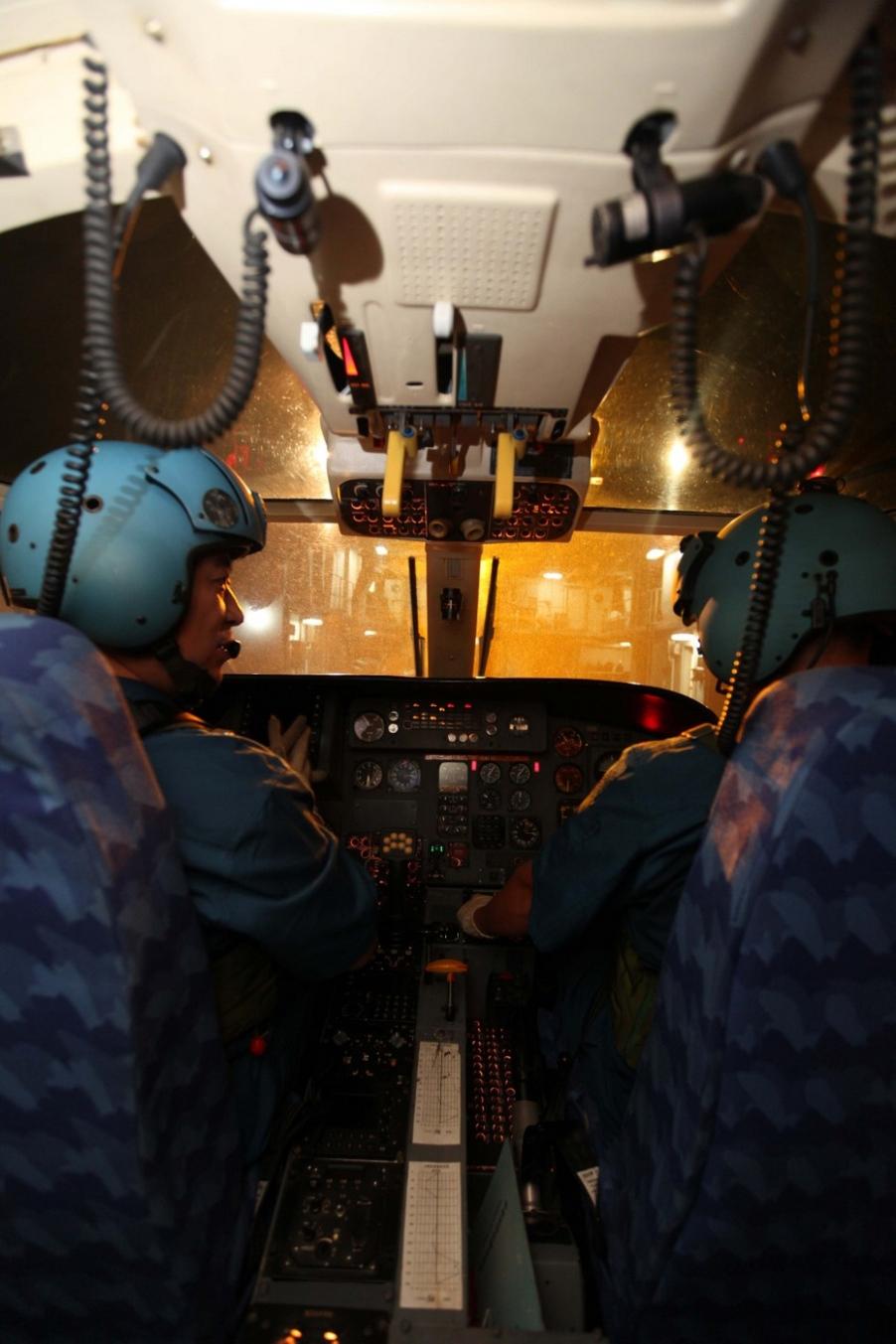 中国海军直9练舰机协同反海盗 驾驶室曝光