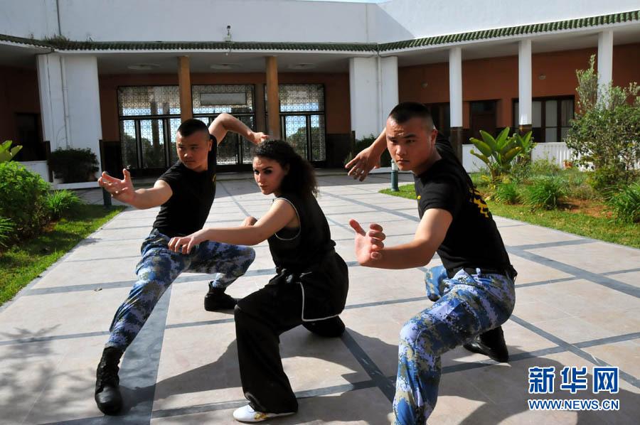 中国海军官兵与摩洛哥大学女生合练中国功夫
