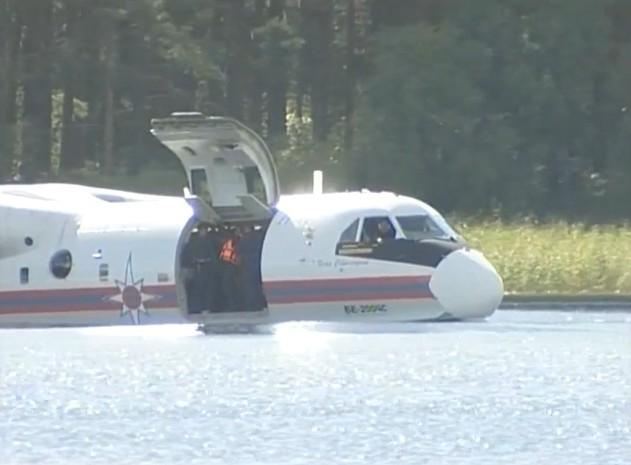 普京乘坐别-200水陆两栖飞机飞赴夏令营