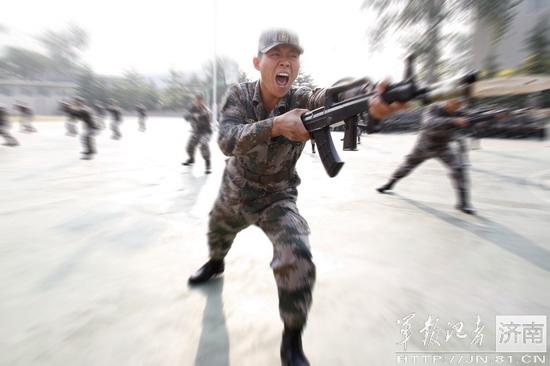 操井空_济南军区女兵演练刺杀操英武不让须眉