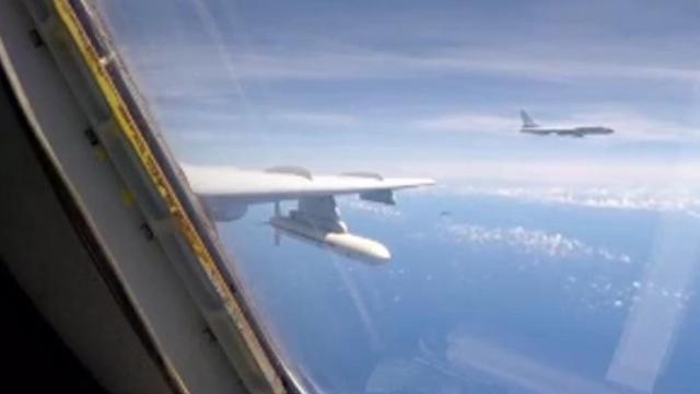 型战机同时飞越巴士海峡宫古海峡