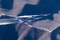 6架歼-10战机飞越长城
