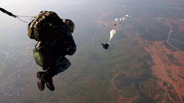 第一視角直擊航空救生專業學兵首次跳傘