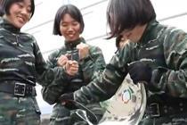 女兵是如何练成手撕钢盆的