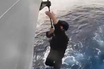 特战队员演练营救被劫商船