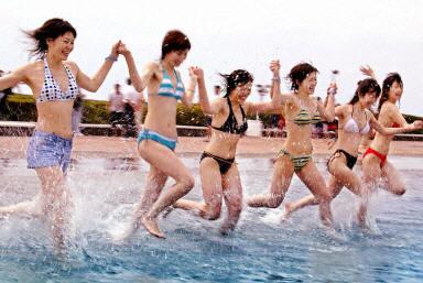 图:身穿性感比基尼的日本女孩奔向游泳池