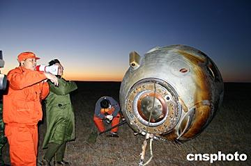 飞船在绕地球飞行了5 圈后变轨,轨道变为距地面高度为h 的圆形轨道.