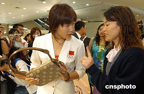 (2004-08-22) 男蛙王北岛康介谈绯闻:与罗雪娟只是普通朋友 (2004-08