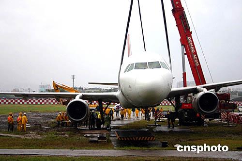 台湾复兴航空一架飞机滑出跑道