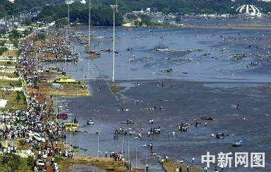 (2004-12-26) 图:海啸袭击泰国普吉岛 (2004-12-26) 海啸造成泰国南部