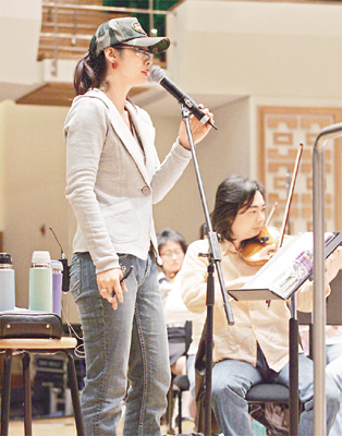 叶蒨文喜与香港管弦乐团合作 叶倩文带病彩排父母打气 不