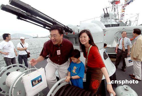 解放军驻港部队开放军营曾荫权期许履行香港防