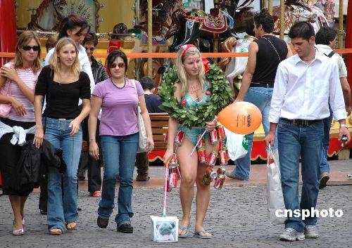 图:意大利少女穿泳衣上街