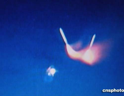 """图:美国""""发现号""""航天飞机助推火箭成功分离"""