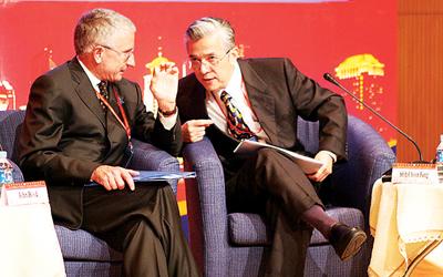 英国牛津大学校长约翰·胡德(左)与新加坡国立大学校长施春风说起