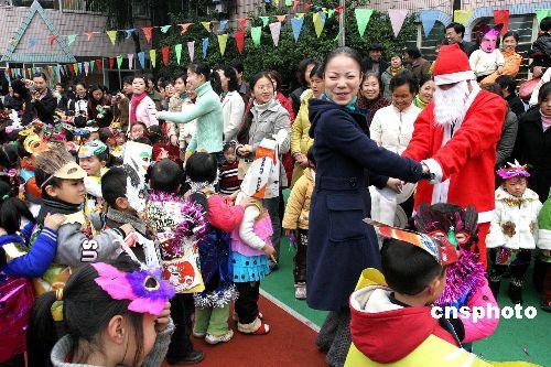 图:幼儿园小朋友化妆舞会迎新年
