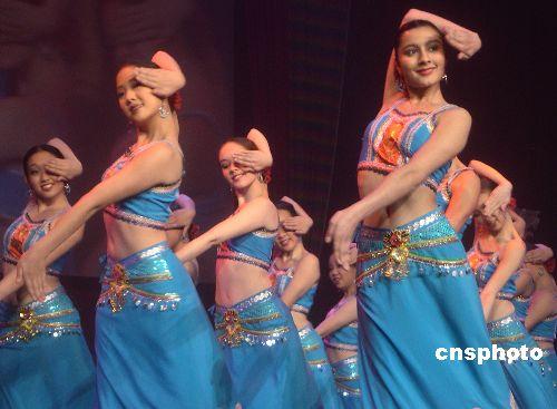 图:中美姑娘在华人华侨新年联欢会上表演云南歌舞