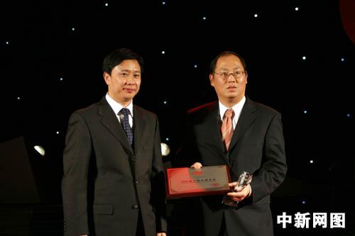 中国民政部救济救灾司司长王振耀为新加坡金鹰集团颁奖.
