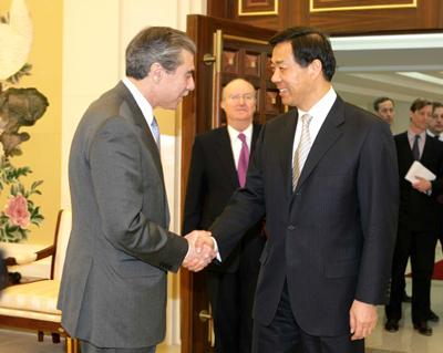 中美商务部长会谈 就两国经贸关系等交换看法