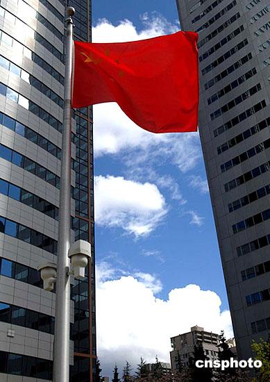 中国五星红旗高高飘扬在美国西雅图的蓝天白云高厦之