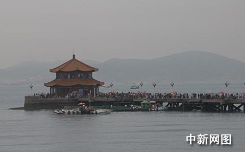 网络媒体采访团参观青岛的象征 栈桥