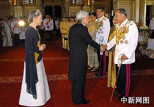 泰皇平�:+�yb$�/k�.�_泰皇登基60周年:皇家盛宴款待25国的王室嘉宾