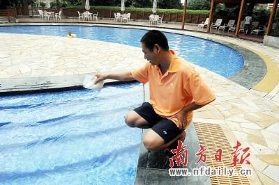 下午5时多,记者在富力千禧花园看到,有几名教练正在教小孩子游泳.