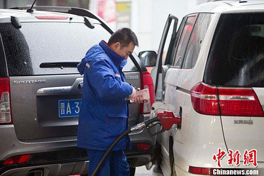 """国际油价创7年新低汽油价望全面回归""""5元""""时代"""