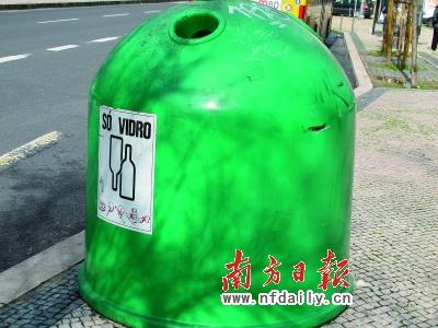 这是专门放瓶子的垃圾桶.沈昀摄