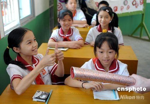 图:聋哑儿童触摸祥云火炬