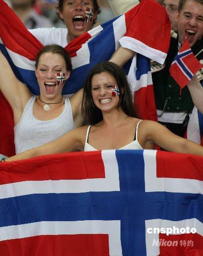图:挪威美女球迷奥运赛场享受激情