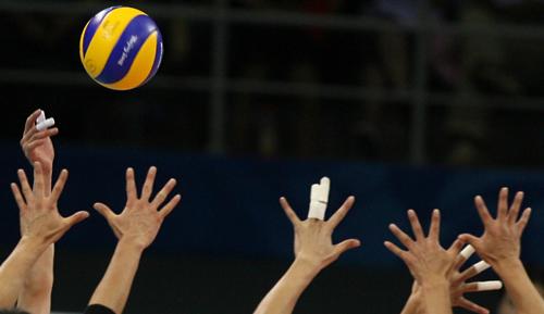 北京奥运会男子排球比赛中以3比2战胜日本队,提前锁定8强席位.