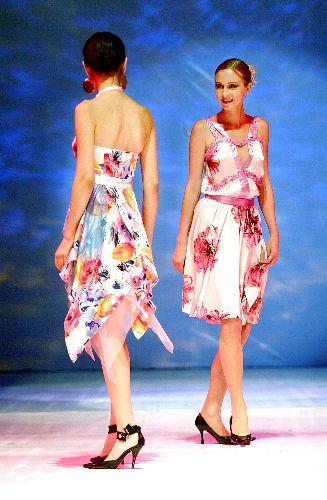 """图:丝绸之路服装服饰节在乌鲁木齐开幕   版权声明:凡标注有""""cns"""