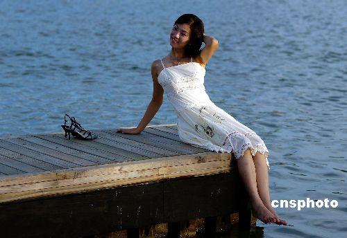 图:海浪沙滩 美女秀风情