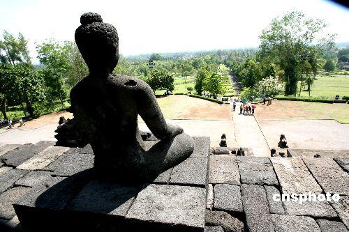 世界七大奇景之一的婆罗浮屠佛塔